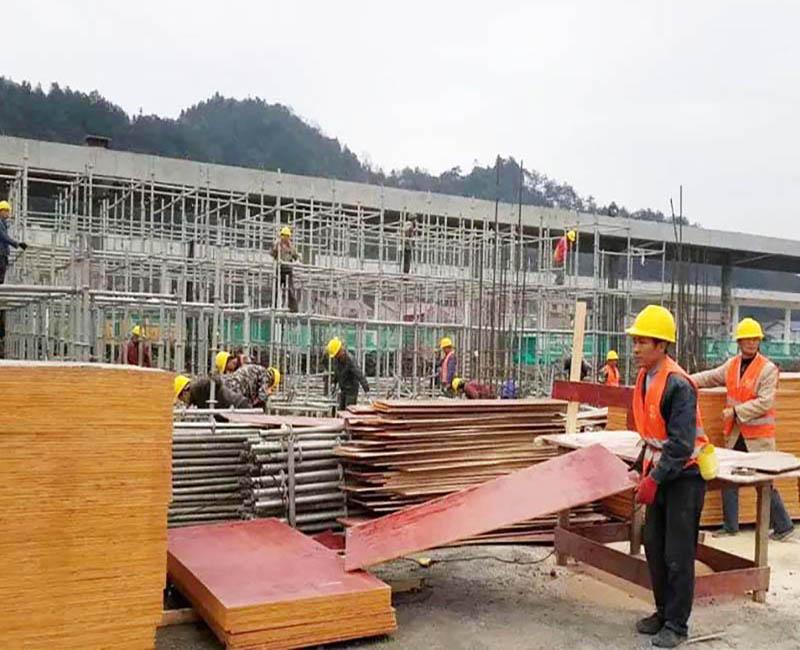 工地上正在验收建筑模板